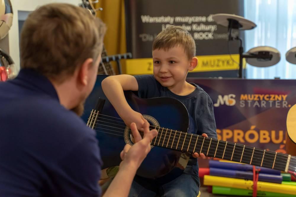 Jak muzyka stymuluje rozwój dziecka? O wpływie muzyki na rozwój emocjonalny i intelektualny dzieci i młodzieży